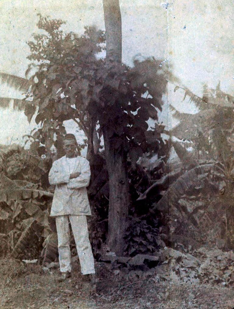 """Autoportrait """"dans un jardin de bananes"""", en 1883. Arthur a 29 ans. Il ne se protégeait pas contre le soleil, il a les traits marqués. Notons qu'il se met en scène sur le côté."""